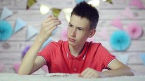 Το αγόρι διασκορπίζει τα νομίσματα και είναι λυπημένο φιλμ μικρού μήκους