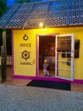 Το αγόρι διαχειρίζεται την καλύβα παραλιών γραφείων θερέτρου στους Florida Keys στοκ φωτογραφίες