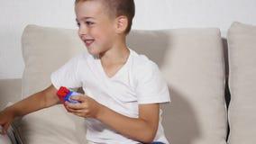 Το αγόρι διπλώνει το lego, και τα τρεξίματα κοριτσιών γύρω από τον απόθεμα βίντεο