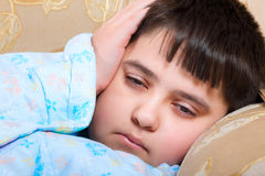Το αγόρι είναι άρρωστο, είναι πολύ κακό Στοκ Φωτογραφία