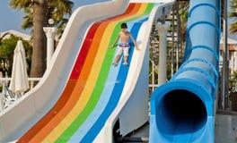 Το αγόρι είναι έχει τη διασκέδαση στο Waterpark Στοκ Εικόνες