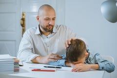 Το αγόρι είναι σε έναν πίνακα, ο πατέρας του τον ηρεμεί στοκ φωτογραφία με δικαίωμα ελεύθερης χρήσης