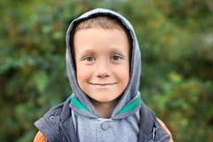 Το αγόρι εξετάζει τη κάμερα Στοκ εικόνες με δικαίωμα ελεύθερης χρήσης