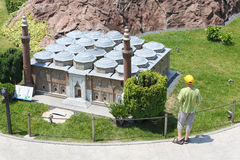 Το αγόρι εξετάζει το cami ulu του Bursa στο μουσείο Miniaturk Στοκ φωτογραφία με δικαίωμα ελεύθερης χρήσης