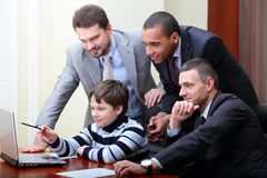 το αγόρι εξηγεί πώς το κατ&sig στοκ φωτογραφίες με δικαίωμα ελεύθερης χρήσης