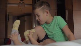 Το αγόρι επιθυμεί να προσέξει την αδελφή μωρών απόθεμα βίντεο