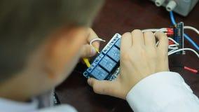 Το αγόρι εργάζεται σε ένα εργαστήριο επιστήμης σε ένα άσπρο παλτό Κινηματογράφηση σε πρώτο πλάνο απόθεμα βίντεο