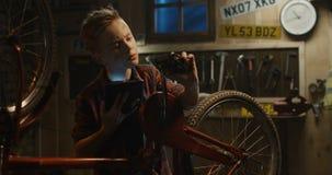 Το αγόρι εφήβων επισκευάζει το ποδήλατο απόθεμα βίντεο