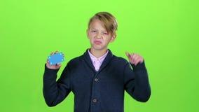 Το αγόρι εφήβων με μια πιστωτική κάρτα παρουσιάζει απέχθεια σε μια πράσινη οθόνη κίνηση αργή φιλμ μικρού μήκους