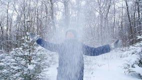 Το αγόρι εφήβων ρίχνει το χιόνι στο χειμερινό δασικό ενεργό τρόπο ζωής, χειμερινή δραστηριότητα, υπαίθρια έννοια χειμερινών αγώνω απόθεμα βίντεο