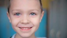 Το αγόρι ζουμ χαμογελά φιλμ μικρού μήκους