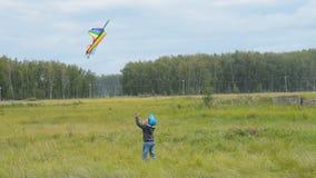 Το αγόρι θέλει να πιάσει τον πετώντας ικτίνο φιλμ μικρού μήκους