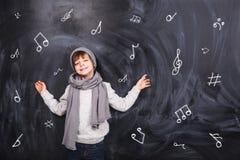 Το αγόρι θυμάται τις σημειώσεις Στοκ εικόνες με δικαίωμα ελεύθερης χρήσης