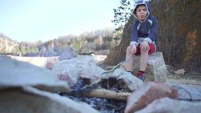Το αγόρι κάθεται με την ομιλία πυρκαγιάς απόθεμα βίντεο