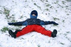 το αγόρι κάθεται το χιόνι Στοκ φωτογραφία με δικαίωμα ελεύθερης χρήσης