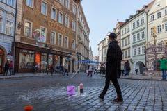 Το αγόρι κάνει τις μεγάλες φυσαλίδες στο κέντρο πόλεων Στοκ Εικόνες