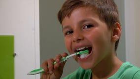 Το αγόρι καθαρίζει τα δόντια του απόθεμα βίντεο