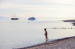 Το αγόρι και η θάλασσα Στοκ Εικόνες