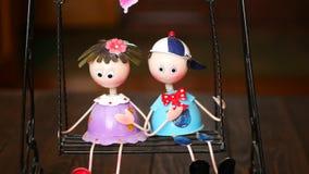Το αγόρι και το κορίτσι οδηγούν ένα εσωτερικό παιχνίδι ντεκόρ ταλάντευσης φιλμ μικρού μήκους