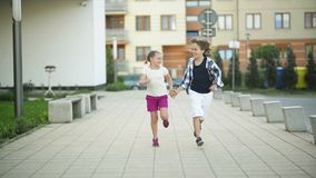 Το αγόρι και το κορίτσι τρέχουν μαζί κατά μήκος των χεριών εκμετάλλευσης οδών Έχουν πολλή διασκέδαση απόθεμα βίντεο