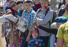 Το αγόρι και το ρομπότ Στοκ φωτογραφίες με δικαίωμα ελεύθερης χρήσης