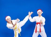 Το αγόρι και το κορίτσι εκπαιδεύουν το πόδι λακτίσματος και παρουσιάζουν δάχτυλο έξοχο Στοκ Φωτογραφία
