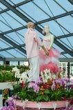 Το αγόρι και το κορίτσι μανεκέν στα λουλούδια αγαπούν, συνδέουν, οικογένεια, marria Στοκ φωτογραφία με δικαίωμα ελεύθερης χρήσης