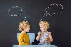 Το αγόρι και το κορίτσι σκέφτονται, επιλογή Στοκ εικόνα με δικαίωμα ελεύθερης χρήσης