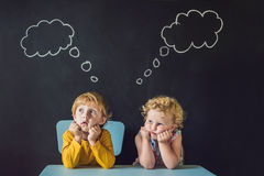 Το αγόρι και το κορίτσι σκέφτονται, επιλογή Στοκ φωτογραφία με δικαίωμα ελεύθερης χρήσης