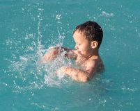 Το αγόρι κολυμπά με έναν παφλασμό στο πάρκο νερού Στοκ φωτογραφία με δικαίωμα ελεύθερης χρήσης