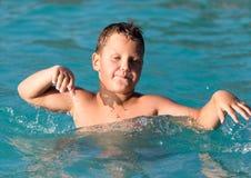Το αγόρι κολυμπά στο πάρκο νερού Στοκ φωτογραφίες με δικαίωμα ελεύθερης χρήσης