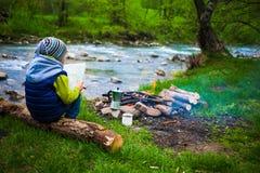Το αγόρι κοντά στην πυρκαγιά Στοκ Φωτογραφία