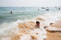 Το αγόρι κολυμπά στην κυματωγή θάλασσας Στοκ εικόνα με δικαίωμα ελεύθερης χρήσης