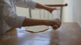 Το αγόρι μαγειρεύει τη ζύμη φιλμ μικρού μήκους
