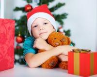 Το αγόρι με τα δώρα Χριστουγέννων και Teddy αντέχουν στα χέρια Έννοια διακοπών Στοκ εικόνα με δικαίωμα ελεύθερης χρήσης