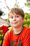 Το αγόρι με την ξανθή τρίχα κάνει ένα πρόσωπο Στοκ Φωτογραφία