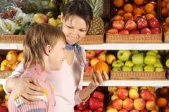 Το αγόρι με το mom επιλέγει τα προϊόντα στοκ εικόνα με δικαίωμα ελεύθερης χρήσης