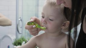 Βούρτσισμα δοντιών παιδιών διδασκαλίας μητέρων Το αγόρι μητέρων και παιδιών εξετάζει τον καθρέφτη κατά τη διάρκεια του βουρτσίσμα απόθεμα βίντεο