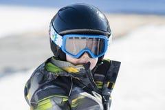 Το αγόρι μικρών παιδιών έντυσε θερμά & στο καλό εργαλείο ασφάλειας έτοιμο να πάει Sking Στοκ εικόνες με δικαίωμα ελεύθερης χρήσης