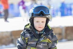 Το αγόρι μικρών παιδιών έντυσε θερμά & στο καλό εργαλείο ασφάλειας έτοιμο να πάει στο βουνό Στοκ φωτογραφία με δικαίωμα ελεύθερης χρήσης
