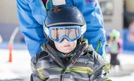 Το αγόρι μικρών παιδιών έντυσε θερμά & στο καλό εργαλείο ασφάλειας έτοιμο να πάει σκι Στοκ Φωτογραφίες