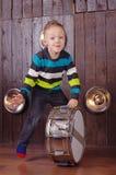 Το αγόρι μικρών παιδιών παίζει το τύμπανο στοκ φωτογραφίες με δικαίωμα ελεύθερης χρήσης