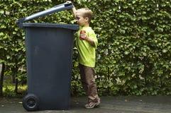 το αγόρι μπορεί trashing Στοκ Εικόνες