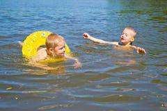 Το αγόρι λούζει στον ποταμό Στοκ Φωτογραφία