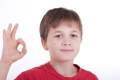 το αγόρι ο.κ. εμφανίζει σημά Στοκ φωτογραφία με δικαίωμα ελεύθερης χρήσης
