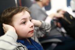Το αγόρι πάσχει την ταλαιπωρία από την αυξανόμενη πίεση αυτιών στοκ εικόνες