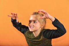 Το αγόρι παίζει το κλαρινέτο στο αυτί girl's, τα κύματα κοριτσιών τα όπλα της στοκ εικόνες