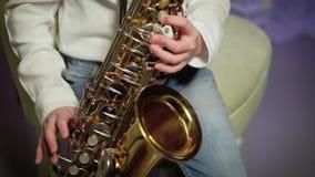 Το αγόρι παίζει το saxophone φιλμ μικρού μήκους