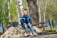 Το αγόρι παίρνει ένα σπάσιμο από τα παιχνίδια Στοκ Φωτογραφίες