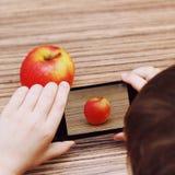 Το αγόρι παίρνει τις εικόνες της Apple σε Smartphone Στοκ εικόνες με δικαίωμα ελεύθερης χρήσης